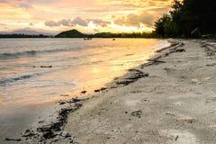 Заход солнца пляжа на Prachuap Khiri Khan, Таиланде Стоковое Фото