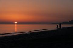 Заход солнца пляжа пар силуэта Стоковое Изображение RF
