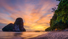 Заход солнца пляжа пещеры nang Phra Стоковое Изображение RF