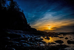 заход солнца пляжа утесистый Стоковые Изображения