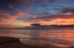 Заход солнца пляжа Waikiki, Оаху, Гаваи Стоковые Фотографии RF