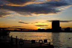 Заход солнца рядом с рекой Стоковые Фото
