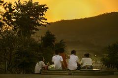 Заход солнца семьи наблюдая на точке зрения Стоковое фото RF