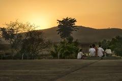 Заход солнца семьи наблюдая на точке зрения Стоковые Изображения RF