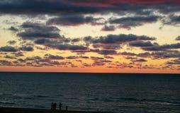 Заход солнца семьи на озере Стоковое фото RF