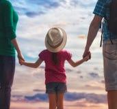 заход солнца семьи счастливый Стоковое Изображение
