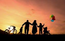 заход солнца семьи счастливый Стоковое Фото