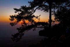 Заход солнца силуэта на горе стоковые изображения rf