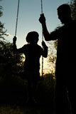 заход солнца силуэта пруда детей Стоковое Изображение