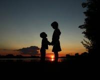 заход солнца силуэта пруда детей Стоковые Фотографии RF