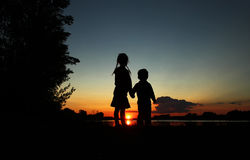 заход солнца силуэта пруда детей Стоковые Изображения