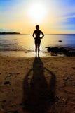 Заход солнца силуэта пляжа Стоковое Изображение