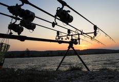 заход солнца силуэта рыболовства рыболова закручивая стоковая фотография rf