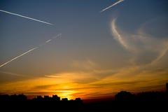 Заход солнца силуэтов в городе с голубым небом Стоковые Изображения