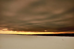 Заход солнца солнца неба облаков холмов гор стоковая фотография