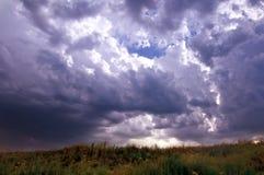Заход солнца солнца неба облаков холмов гор Стоковые Фотографии RF