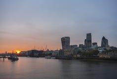 Заход солнца с желтым небом, городом Лондона стоковые фото