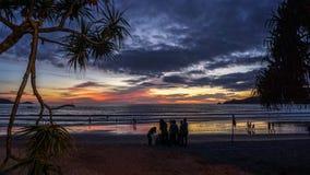 Заход солнца с заводами на пляже Пхукете Patong Стоковое Фото