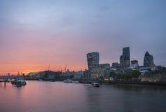 Заход солнца с красным небом, городом Лондона стоковое изображение