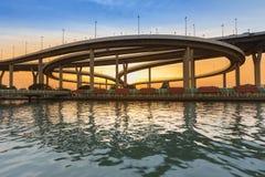 Заход солнца с круглая лицевая сторона реки пересечения шоссе Стоковые Фото