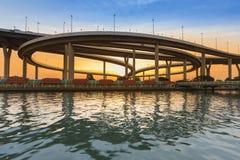 Заход солнца с круглая лицевая сторона реки пересечения шоссе Стоковое Изображение RF