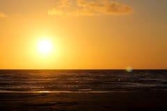 Заход солнца с облаками в стренге vejers, Дании Стоковая Фотография