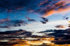 Заход солнца с облаками, предпосылкой и обоями Стоковые Фотографии RF