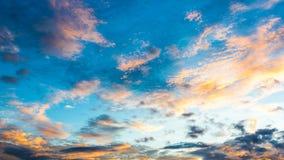Заход солнца с облаками, предпосылкой и обоями Стоковое Изображение RF