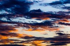 Заход солнца с облаками, предпосылкой и обоями Стоковое Фото