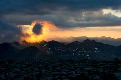 Заход солнца с одичалыми облаками в Пиренеи Стоковые Фото