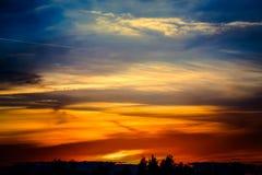 Заход солнца с другими цветами и изумительными облаками Стоковые Изображения