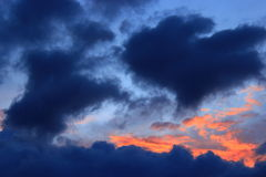 Заход солнца с синими и малиновыми облаками Стоковые Изображения RF