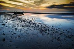 Заход солнца с старой шлюпкой рыболова, Ява, Индонезией Стоковое фото RF