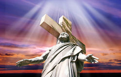 Заход солнца с статуей распятого Иисуса Христоса Стоковые Изображения RF