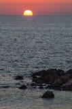 Заход солнца с утесистым побережьем, Сардинией Стоковое Изображение RF