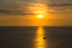 Заход солнца с шлюпкой на Пхукете, Таиланде Стоковые Фото
