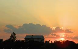Заход солнца с sunrays и облаками Стоковые Изображения RF