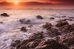 Заход солнца тропического пляжа красивый на море Стоковые Изображения