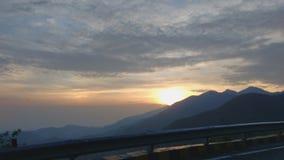 заход солнца тумана облаков гор природы стоковое изображение