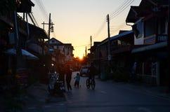 Заход солнца увиденный от идя улицы на Chiang Kan Таиланде Стоковое Изображение RF