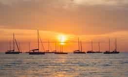Заход солнца увиденный от пляжа kata в Пхукете, Таиланде Стоковое Изображение RF