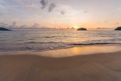 Заход солнца увиденный от пляжа kata в Пхукете, Таиланде Стоковые Фотографии RF