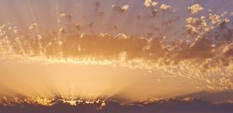 Заход солнца через облака Стоковая Фотография