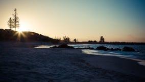 Заход солнца через пляж Стоковые Фотографии RF