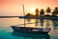 Заход солнца шлюпки Мальдивов, тропический моря! Стоковое Изображение RF