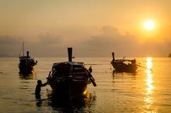 Заход солнца шлюпок в море Стоковые Изображения