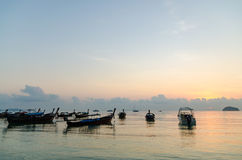 Заход солнца шлюпок в море Стоковое фото RF