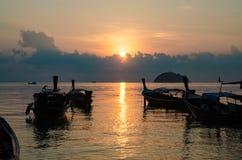 Заход солнца шлюпок в море Стоковые Изображения RF