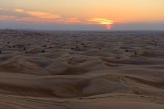 заход солнца дюн Дубай пустыни Стоковое Изображение RF