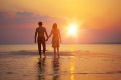 заход солнца 2 людей влюбленности стоковые фотографии rf